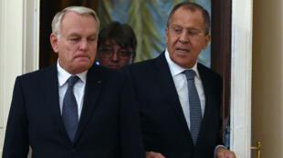 وزير الخارجية الفرنسي جان مارك إيرولت وخلفه نظيره الروسي سيرجي لافروف