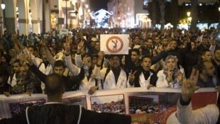 معلمو المدارس المغربية يحملون لافتات احتجاجا على أوضاعهم الحالية في الرباط في 24 مارس آذار 2019.