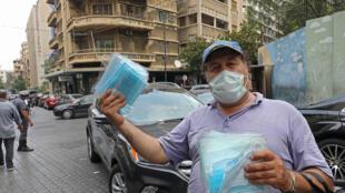 رجل يبيع أقنعة طبية واقية في أحد شوارع بيروت في 29 تموز/يوليو 2020