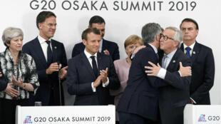 El presidente de la Comisión Europea, Jean-Claude Juncker y el presidente de Argentina, Mauricio Macri se abrazan durante una conferencia de prensa en la cumbre del G20 en Osaka, Japón, el 29 de junio de 2019. Es la primera vez que Japón es anfitrión. una cumbre del G20. La UE y Mercosur acordaron un acuerdo comercial después de 20 años de negociaciones.