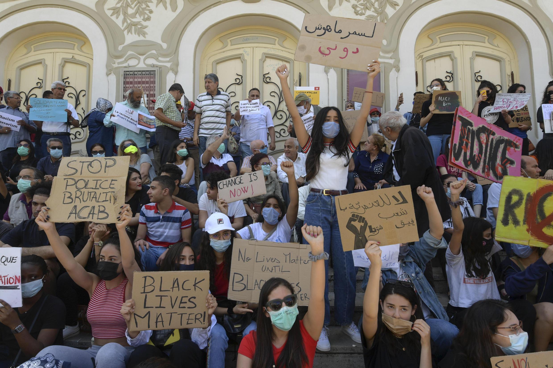 Les manifestants à Tunis rejoignent le mouvement mondial contre la discrimination raciale et les méthodes policières, le 6 juin 2020, en Tunisie.