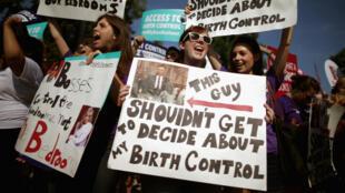 Des manifestants attachés à la prise en charge des mesures contraceptives devant la cour suprême à Washington le 30 juin 2014.