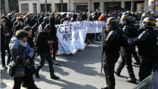 Des policiers face à des manifestants à Paris, le 31 mars 2016.