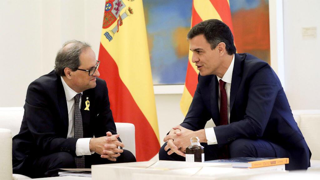 Pedro Sánchez, el presidente del Gobierno español, junto a Joaquim Torra, el presidente catalán, durante la reunión que mantuvieron el 9 de julio de 2018 en el Palacio de La Mocloa en Madrid, España.