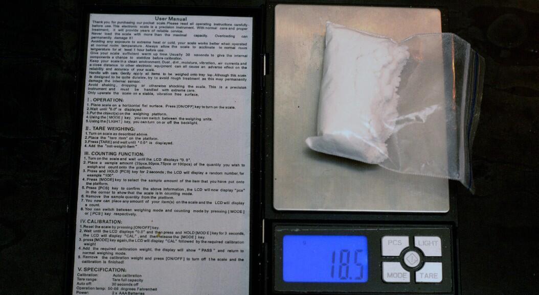 Una bolsa de cocaína es pesada por un consumidor, durante una entrevista, en Bogotá, Colombia, el 29 de enero de 2020.