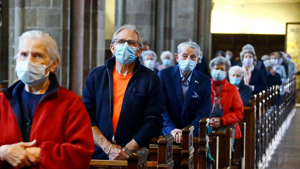 Devotos católicos asisten a misa de la Catedral de Bolzano, en Bolzano, Italia, el 18 de mayo de 2020.