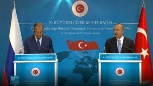 وزير الخارجية التركي مولود تشاوش أوغلو خلال لقاء مع نظيره الروسي سيرغي لافروف في أنقرة 14 آب/أغسطس