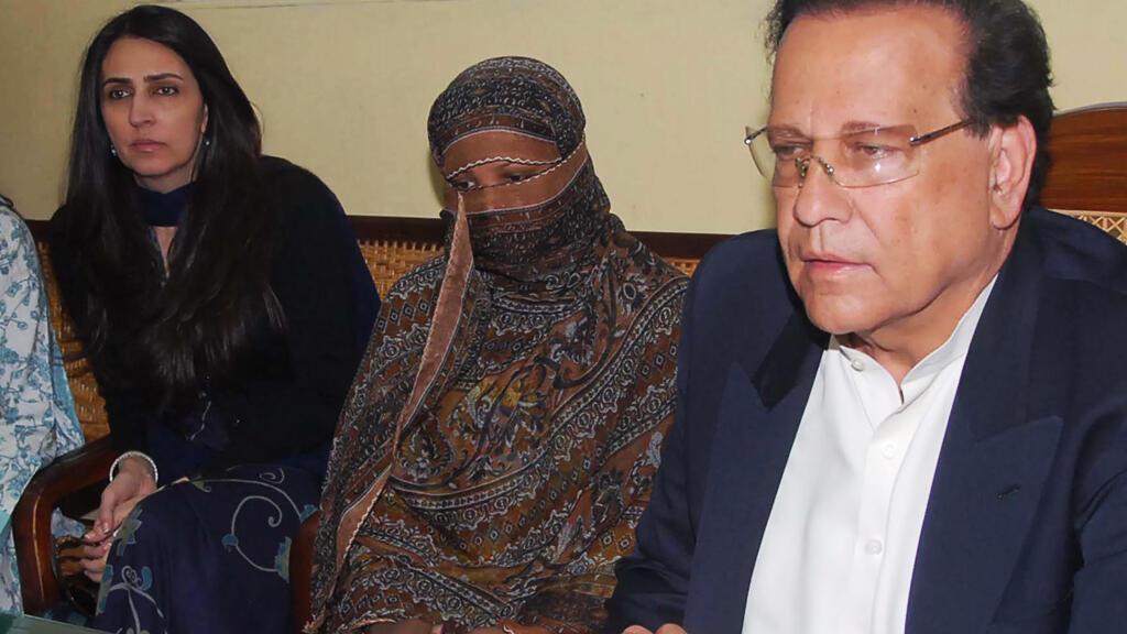 En est foto de archivo, tomada el 20 de noviembre de 2010, la pakistaní Asia Bibi (centro) escucha al gobernador pakistaní de la provincia de Punjab, Salman Taseer (derecha), luego de entregar los documentos de apelación contra su sentencia de muerte.