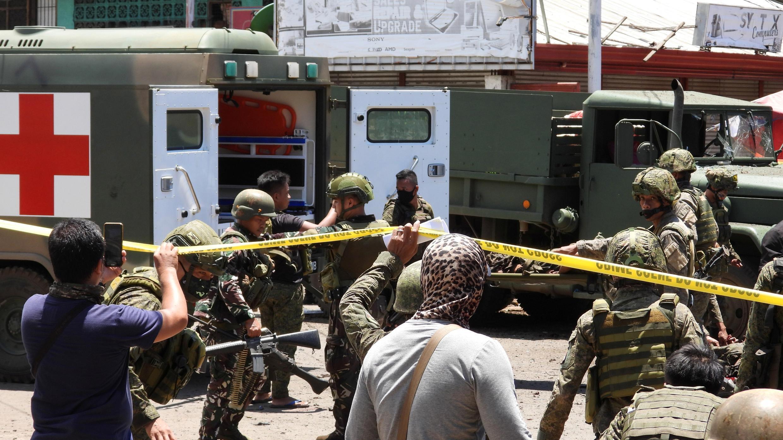 Soldados filipinos en el lugar de una explosión, en la isla de Joló, provincia de Sulu, Filipinas, el 24 de agosto de 2020.