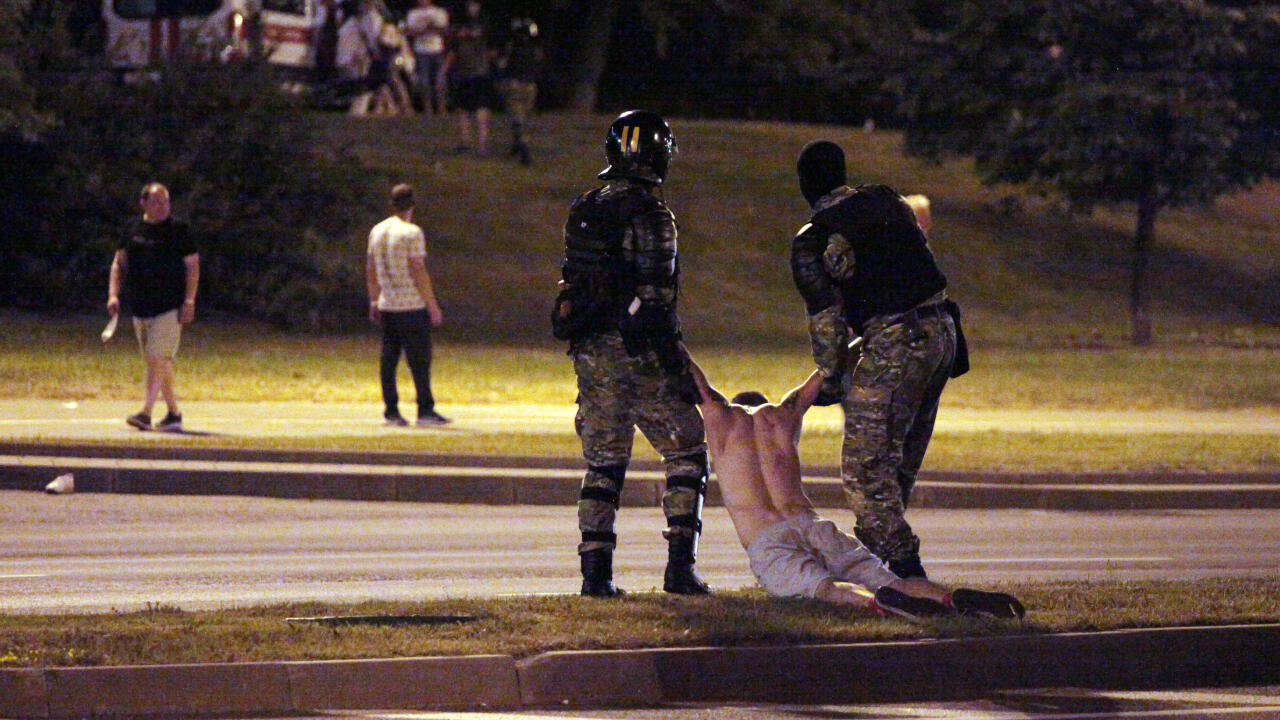 Naciones Unidas ha condenado la violencia de las autoridades bielorrusas contra los manifestantes. En la fotografía, la policía antidisturbios detiene a un manifestante después del cierre de las urnas en las elecciones presidenciales, en Minsk el 9 de agosto de 2020.