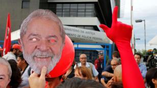 Seguidores del expresidente Luiz Inácio Lula da Silva se concentran para exigir su liberación frente a la cárcel donde cumple su condena en Curitiba, Brasil. 19/12/18