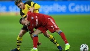 Franck Ribéry en difficulté dans un duel avec le défenseur du Borussia Dortmund Lukasz Piszcek, le 10 novembre 2018 dans la Ruhr