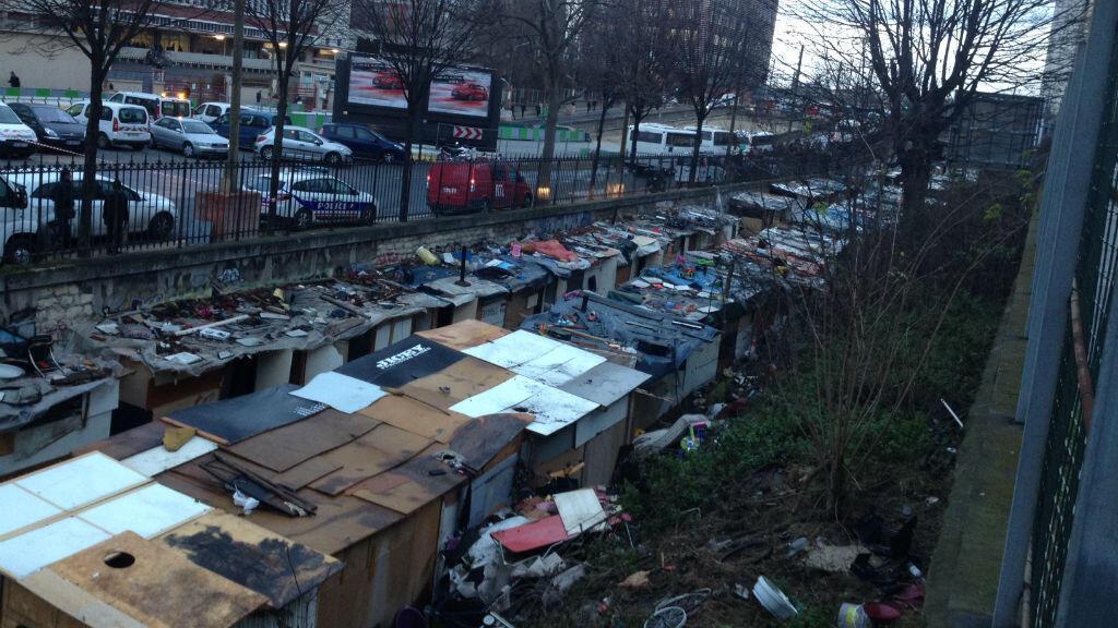 Le campement parisien du 18e arrondissement, installé sur une ancienne voie ferrée, était dissimulé à la vue des passants.