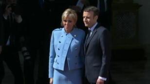 Le président français, Emmanuel Macron, et son épouse, Brigitte Macron, devant l'Élysée à Paris, le 14 mai 2017.
