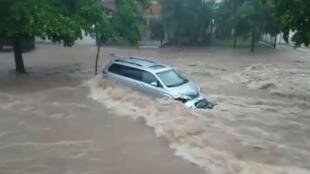 Archivo-un vehículo es arrastrado por una corriente de agua, en Culiacán, Sinaloa, México, el 20 de septiembre de 2018