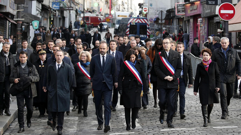 """El primer ministro francés, Édouard Philippe, y la alcaldesa de París, Anne Hidalgo, caminan hasta el bar """"La Bonne Biere"""" en París, Francia, el 13 de noviembre de 2018, durante una ceremonia para las víctimas de los ataques de París en noviembre de 2015."""