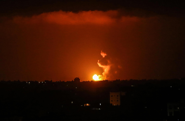 غارة جوية إسرائيلية على خان يونس في جنوب قطاع غزة في وقت مبكر من يوم 27 يونيو/حزيران 2020.