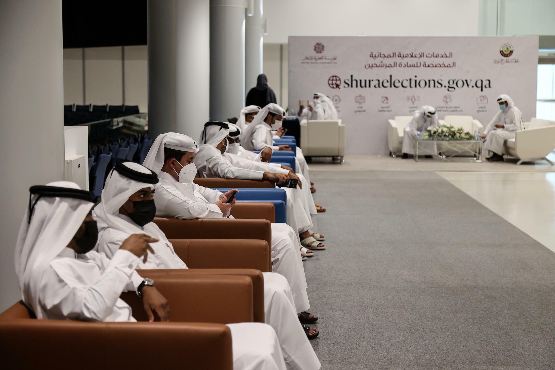 مرشحون ينتظرون للترشح لانتخابات مجلس الشوري القطري