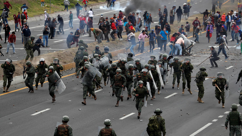 La gente se enfrenta a los soldados mientras bloquean una carretera durante las protestas contra el Gobierno en Lasso, Ecuador, el 6 de octubre de 2019.