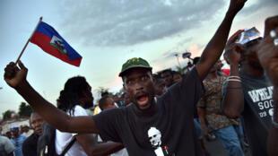 Des partisans de la candidate à l'élection présidentielle haïtienne Maryse Narcisse, le 23 octobre 2015 à Port-au-Prince.