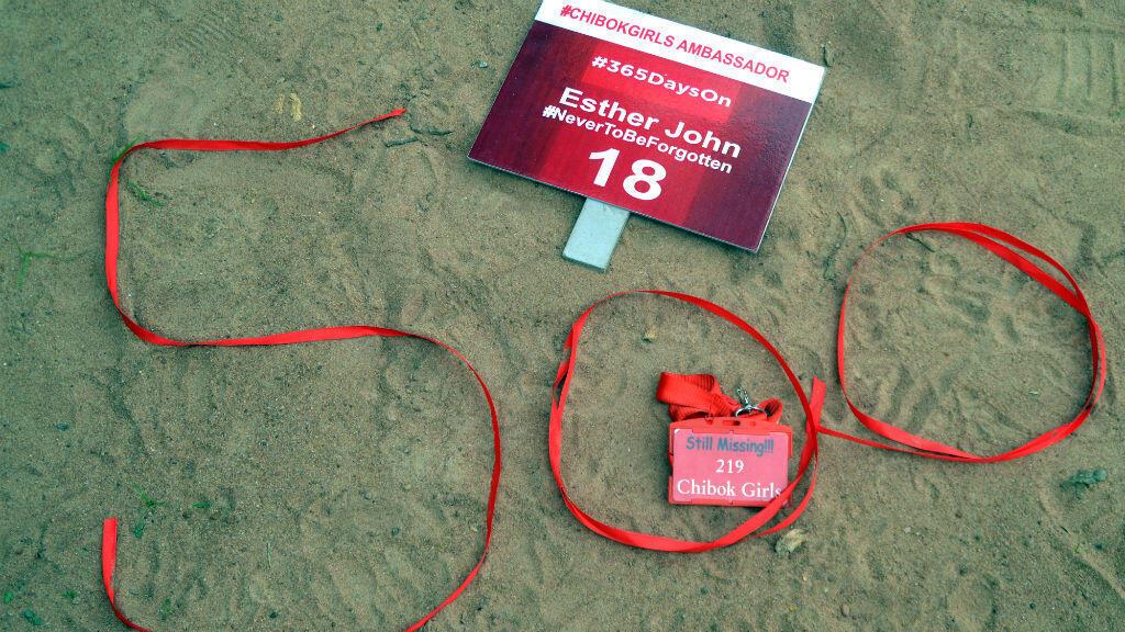 Des rubans rouge forment le chiffre 500 sur le sol, lors d'une manifestation pour les lycéennes enlevées, le 27 août 2015 à Abuja.