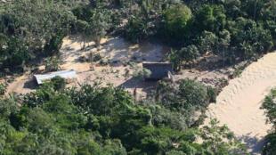 Vista aérea de dos viviendas inundadas en el distrito de Tres Unidos, en la provincia de Picota, al noreste de Perú, el 2 de noviembre de 2017.