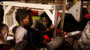 """Des migrants se reposent dans le navire """"Lifeline"""" de l'ONG allemande du même nom au large des côtes maltaises en juin 2018."""