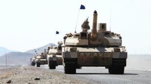 Tanques Leclerc franceses, de la coalición liderada por Arabia Saudita, desplegados en el distrito de Dhubab el 7 de enero de 2017 en Yemen.
