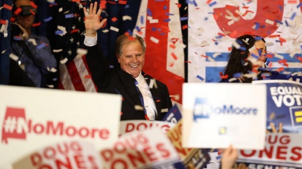 دوغ جونز، المرشح الديمقراطي لولاية آلاباما لمجلس الشيوخ، يحيي مناصريه بعد فوزه الثلاثاء 12 كانون الأول/ديسمبر 2017