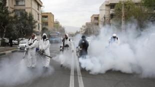 رجال إطفاء إيرانيون يقومون بتعقيم شوارع طهران قبيل الاحتفالات بعيد نوروز، 18 مارس/آذار 2020.