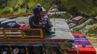 Exmiembros de las FARC son trasladados a Mutatá, en el departamento colombiano de Antioquia, el 15 de julio de 2020