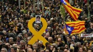 مظاهرات في برشلونة تنديدا بتوقيف رئيس الإقليم المقال كارلس بيغديمونت 25 آذار/مارس 2018.