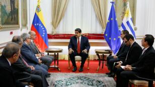 El presidente de Venezuela, Nicolás Maduro, durante la reunión que sostuvo en el Palacio de Miraflores en Caracas, Venezuela, el 16 de mayo de 2019 con representantes de delegaciones internacionales.