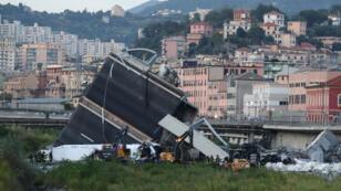Des sauveteurs inspectent le viaduc qui s'est effondré à Gênes, en Italie, le 14 août 2018.