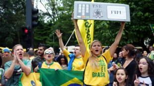 Un partidario de Jair Bolsonaro, candidato presidencial de extrema derecha del Partido Liberal Social (PSL), sostiene una caja de cartón con una urna electrónica durante una manifestación en Sao Paulo, Brasil, el 14 de octubre de 2018.