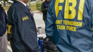 Le personnel de la Joint Terrorism Task Force sur place après une fusillade survenue le 6 décembre 2019 dans une base navale de Pensacola, en Floride.