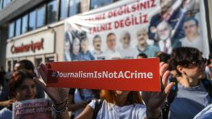 Manifestation devant le siège du journal turc Cumhuriyet, à Istanbul, le 24 juillet 2017.
