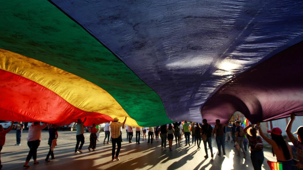 Miembros de la comunidad LGBT llevan una bandera del arcoíris durante una marcha en apoyo al matrimonio homosexual, la diversidad sexual y de género en Ciudad Juárez, México, el 10 de junio de 2018.