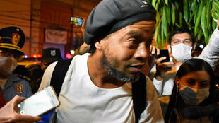 Ronaldinho Gaúcho arriba a un hotel en Asunción en el que cumple arresto domiciliario el 7 de abril de 2020