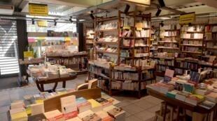 """Des livres exposés à la librairie """"Folies d'Encre"""" à Montreuil, près de Paris, le 6 mai 2020."""