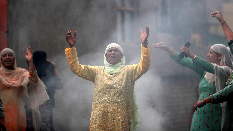 Las mujeres gritan consignas durante una protesta tras las restricciones después de que el gobierno eliminó el estatus constitucional especial para Cachemira , en Srinagar, el 14 de agosto de 2019.