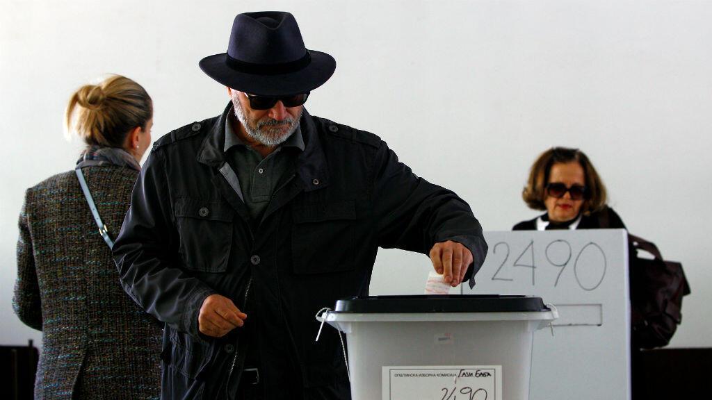 Un hombre deposita su voto en la capital de Macedonia del Norte, Skopje, el 21 de abril de 2019.