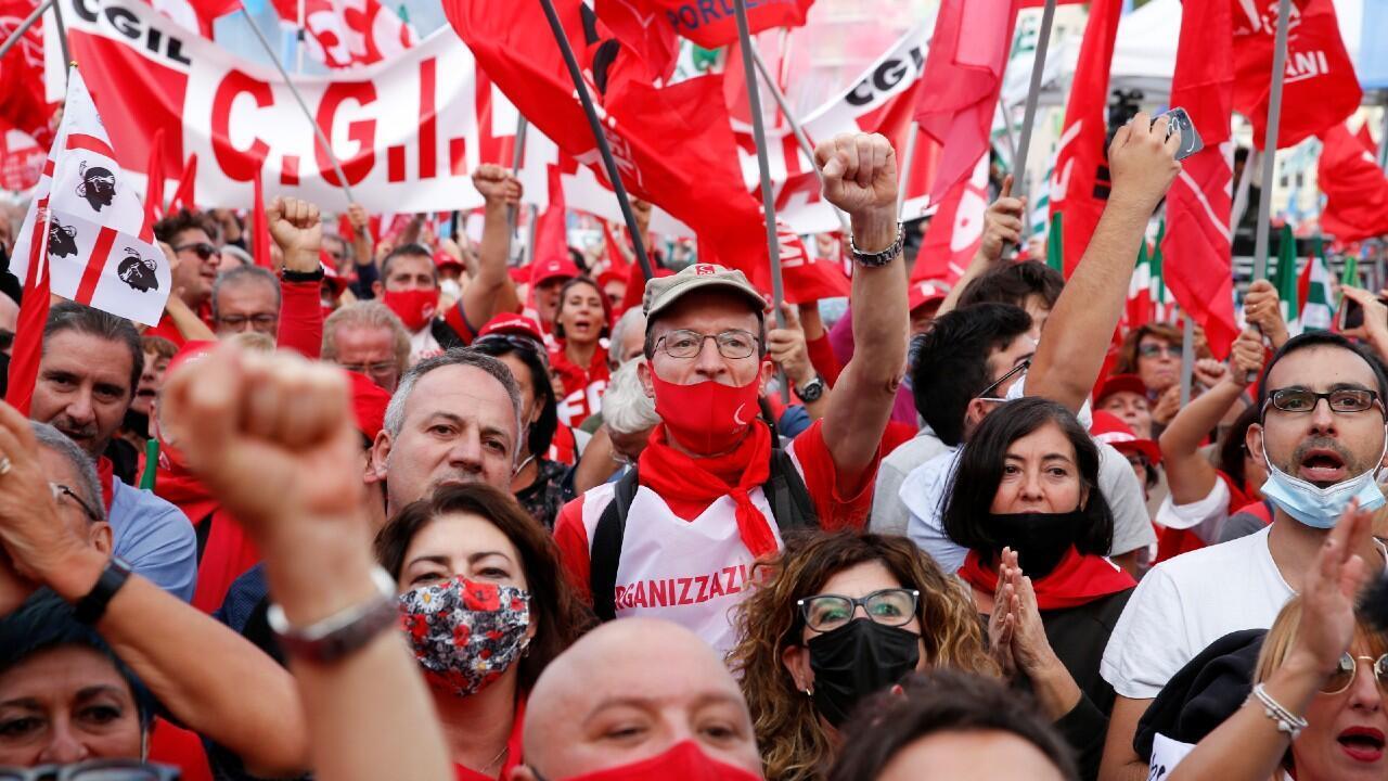La gente se reúne para protestar contra el fascismo una semana después de los disturbios contra las vacunas por parte de manifestantes, incluidos miembros del partido de extrema derecha Forza Nuova, en Roma, Italia, el 16 de octubre de 2021.