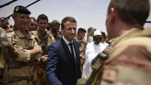 Emmanuel Macron et Ibrahim Boubacar Keïta rendant visite aux troupes françaises au Sahel, dans le nord du Mali, vendredi 19 mai 2017.