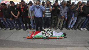 خلال الصلاة على جثمان الفلسطيني نور البرغوثي الذي قضى في سجن اسرائيلي في قريته عابود غرب رام الله في 27 نيسان/ابريل 2020