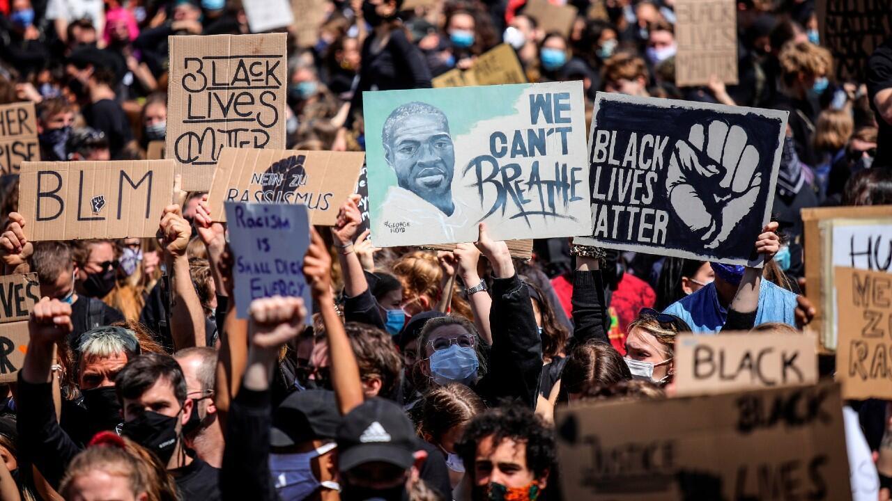 Berlineses protestan por la muerte de George Floyd, 6 de junio de 2020.