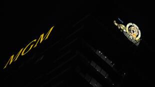 Una imagen nocturna del edificio de los estudios MGM tomada el 20 de abril del año 2010 en Los Ángeles