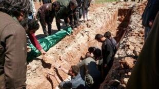 سوريون يحفرون مقبرة لدفن ضحايا هجوم خان شيخون، في البلدة الواقعة بمحافظة إدلب شمال غرب سوريا، الأربعاء 5 نيسان/أبريل 2017
