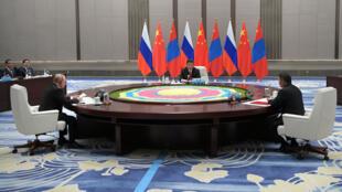 El presidente de Rusia Vladimir Putin, el presidente chino Xi Jinping y el presidente de Mongolia Khaltmaagiin Battulga asisten a una reunión al margen de la Cumbre de la Organización de Cooperación de Shanghai (OCS) en Qingdao, China. 9 de junio de 2018.