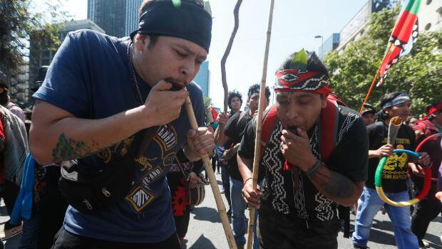 Dos hombres interpretan instrumentos típicos de la música ancestral.